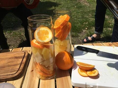 容器にフルーツを入れた状態