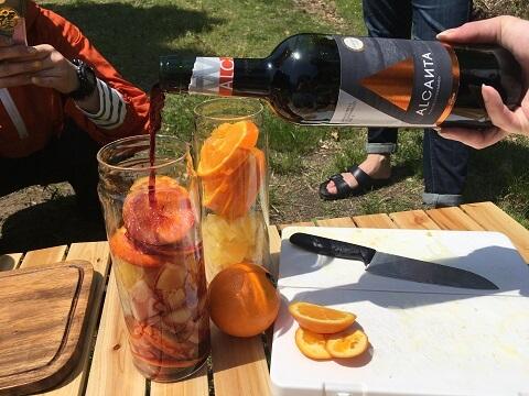 フルーツにワインを足すところ