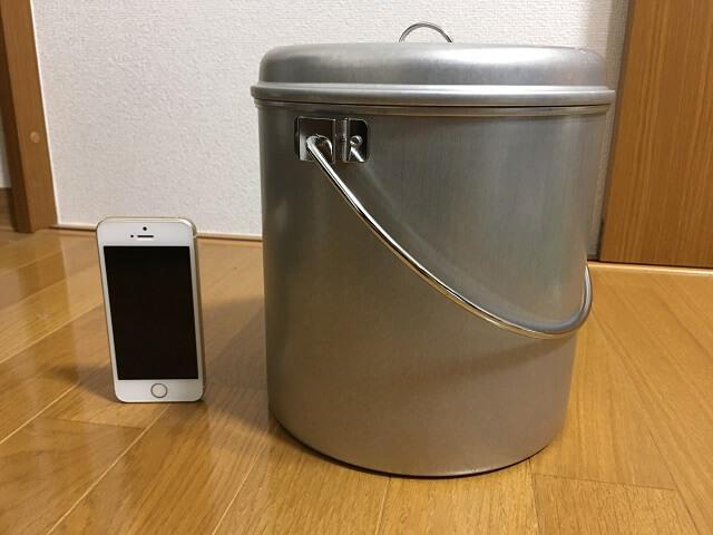 火消し壺とiPhoneの大きさ比較
