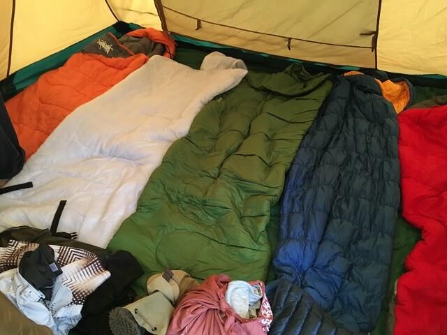 コールマン2ルームハウスに寝袋5枚ひいたところ