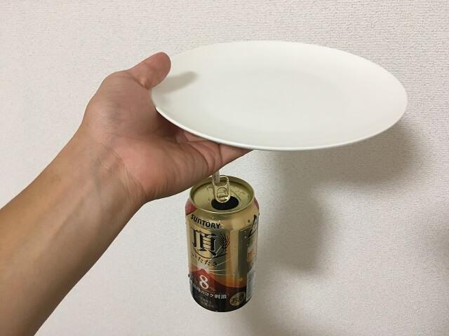プルタブフックを着けて皿を持つ