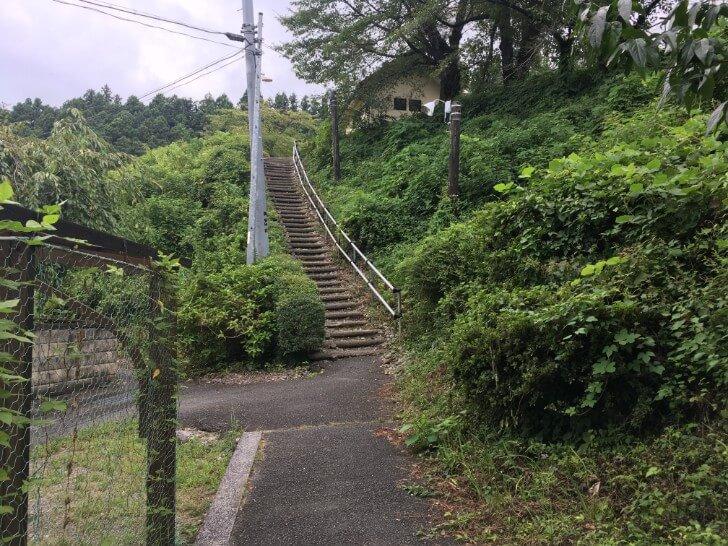 キャンプ場から駅の近道を抜けたところの階段