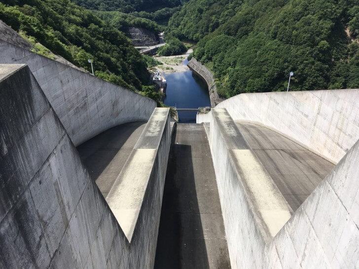 奈良俣ダムの水が流れるところ