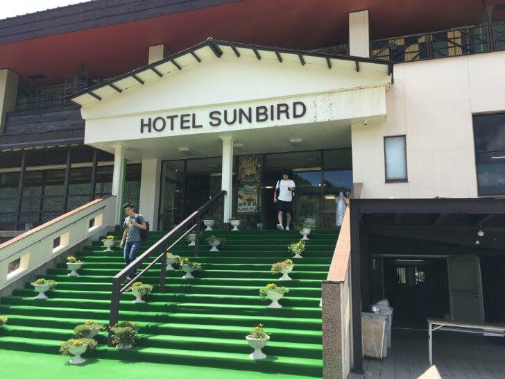 ホテルサンバードの建物入り口