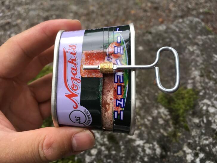 ぐるぐるしてコンミートの缶を開けている