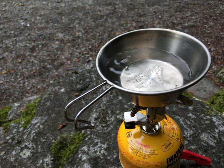 シェラカップでお湯を沸かしている