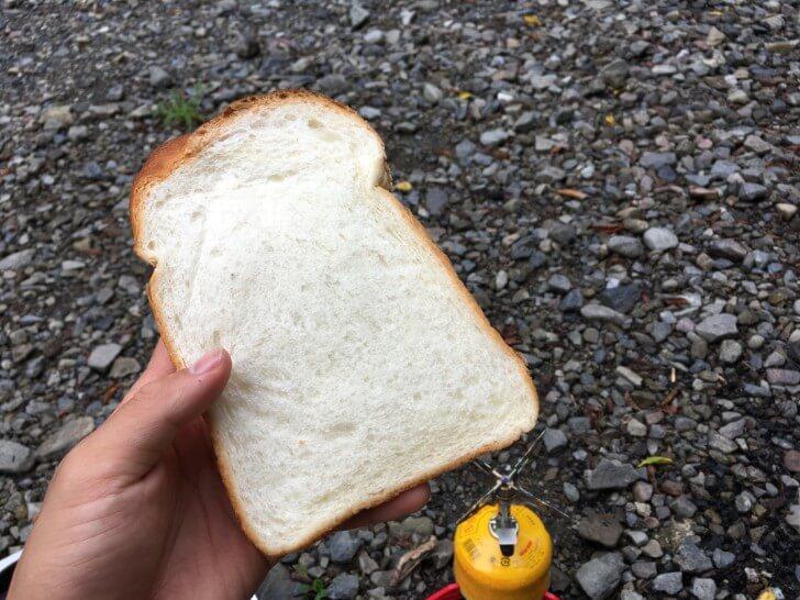 手に持った食パン