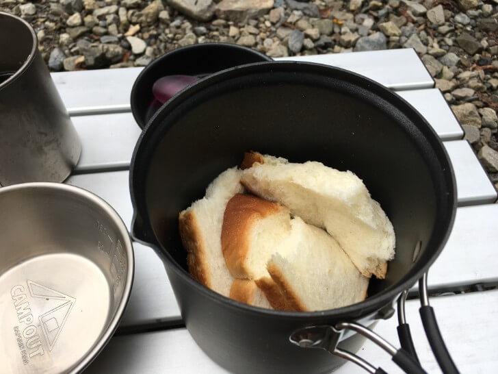 4つにちぎった食パン