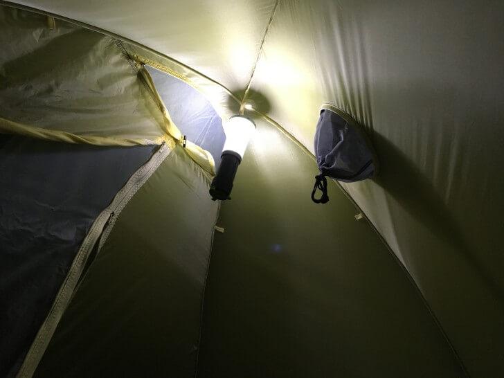 ルモラ (LUMORA) をテントの天井に吊り下げているところ