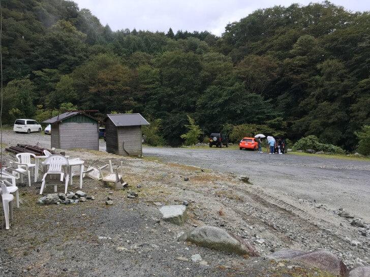 ウェルキャンプ西丹沢の受付前駐車場