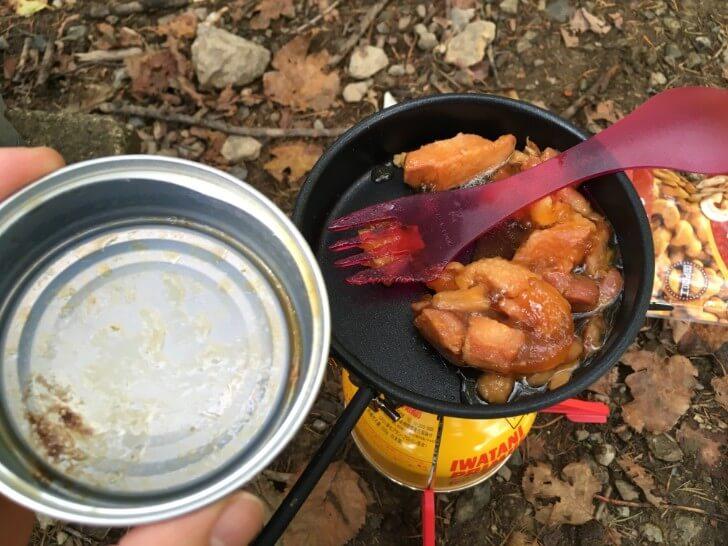 フライパンに缶詰焼き鳥を入れる
