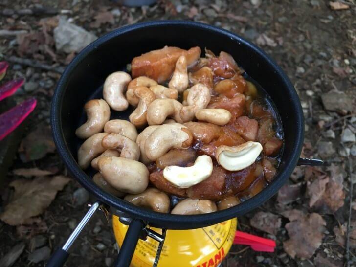炒めた焼き鳥にナッツを加える