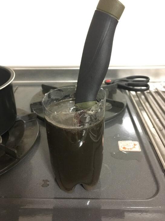 黒錆び加工液に浸けているモーラナイフ