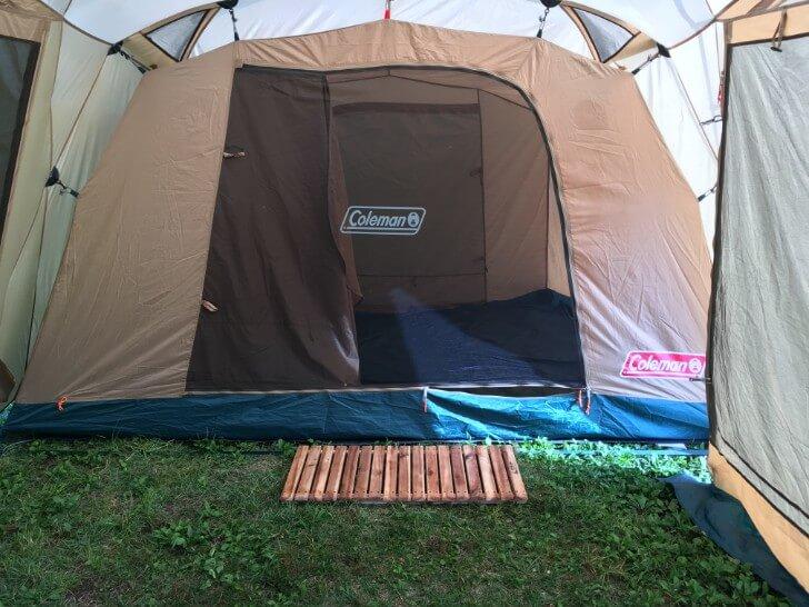 テントの入り口前に置いたキャプテンスタッグのフリーボード