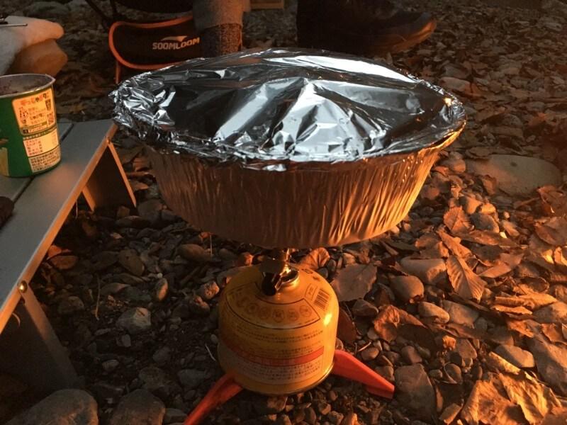 蓋をして煮ているアルミ鍋