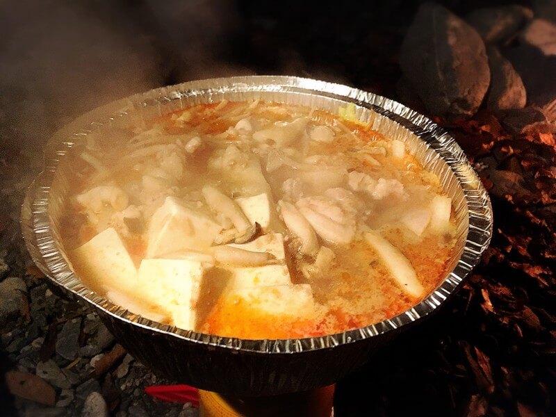 アルミ鍋の中で煮えている坦々鍋