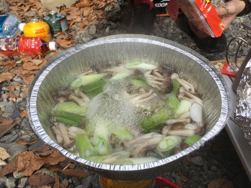 潰したキャプテンスタッグ アルミ鍋大でインスタントラーメン用に具を煮てるところ