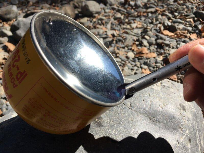 snow peak クワガタでガス缶に穴を開けるところ
