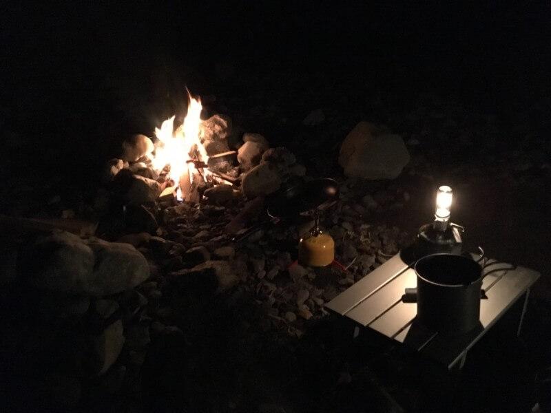 焚き火とランタン