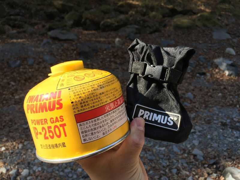 プリムス(PRIMUS)250Tのガス缶と収納したマイクロランタン